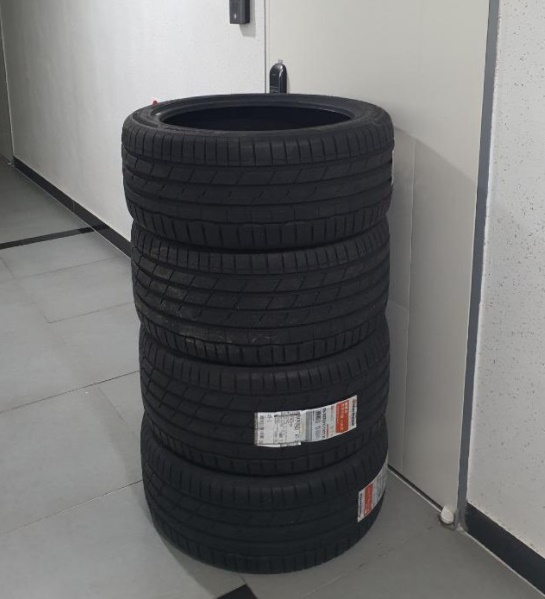 커뮤니티 '보배드림'에 지난 12일 타이어를 주문했는데 택배기사가 문 앞에 막아 놓았다는 글이 올라왔다. /사진=보배드림 캡처
