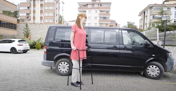 터키 여성 루메이사 겔기(24)가 세계 최장신 생존 여성으로 선정됐다. 사진은 루메이사 겔기 모습. /사진=기네스월드레코드 유튜브 캡처