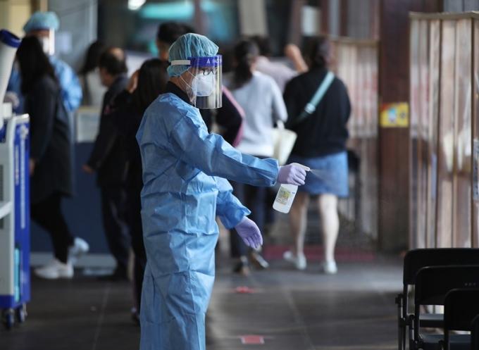 신규 코로나19 확진자가 14일 0시 기준 1940명이라고 발표됐다. 사진은 전날 오전 서울 송파구보건소에 마련된 신종 코로나바이러스 감염증(코로나19) 선별진료소에서 의료진이 자리를 소독하는 모습. /사진=뉴스1