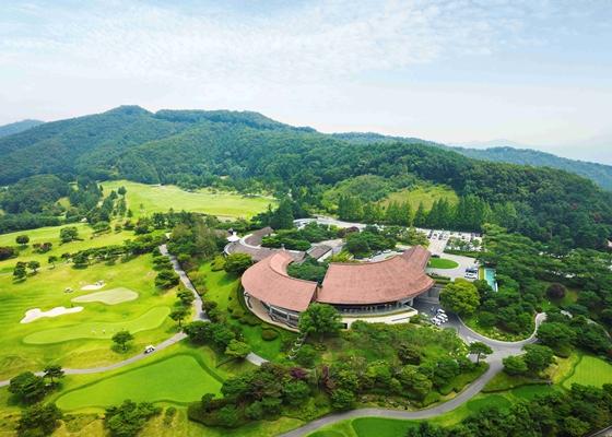 아시아나CC가 골프장 접근성, 조명, 이동수단 등을 전면 개편했다. 아시아나CC 클럽하우스 전경. /사진=금호석유화학