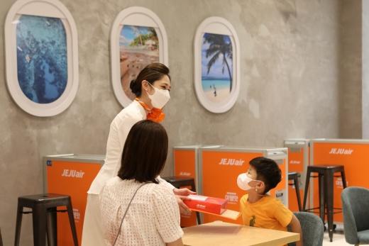롯데백화점 김포공항점의 체험형 기내식 카페 ;여행의 행복을 맛보다' 내부./사진제공=롯데쇼핑