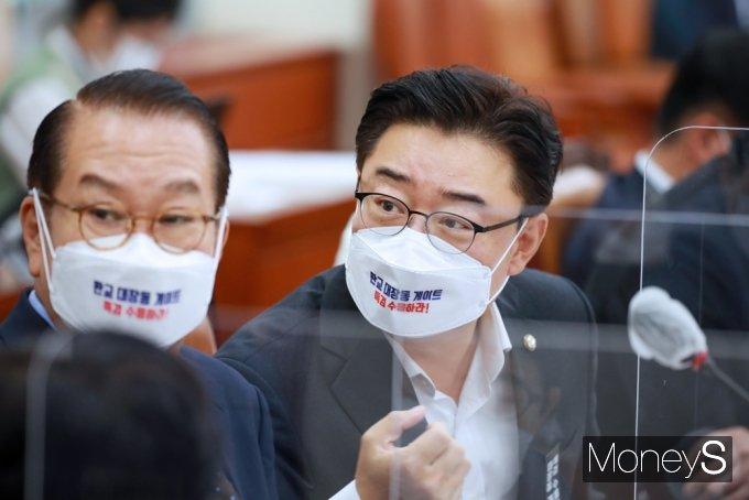 [머니S포토] 2021 환노위 국감, 의견 나누는 권영세·김성원 의원