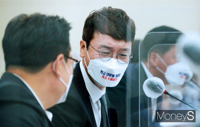 [머니S포토] 환노위 국감, 대화 나누는 김웅