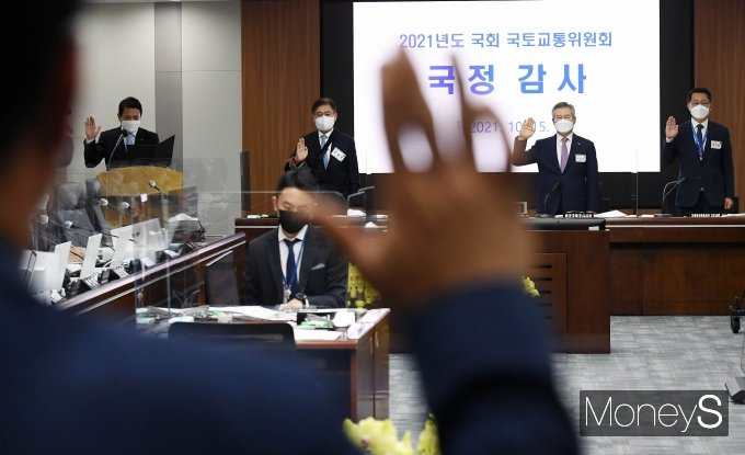 [머니S포토] 김경욱 인천국제공항공사 사장 '국감 선서'