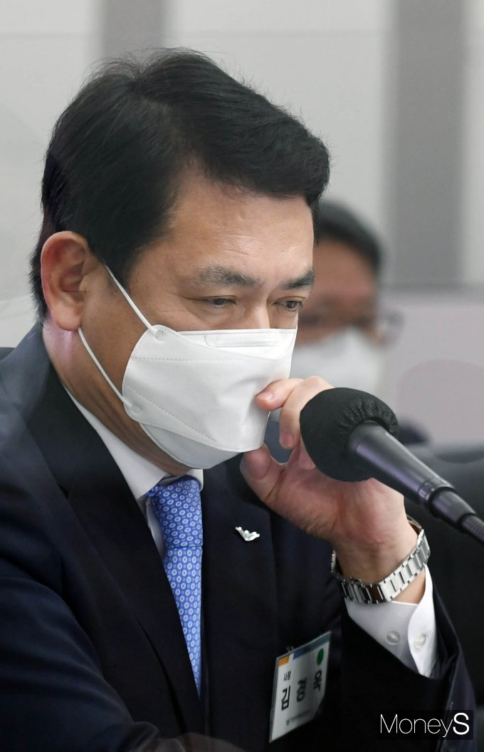 [머니S포토] 생각에 잠긴 김경욱 인천국제공항공사 사장