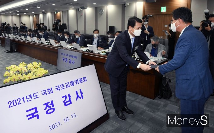 [머니S포토] 이헌승 위원장에게 선서문 제출하는 김경욱 사장