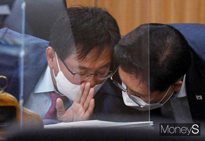 [머니S포토] 야당 간사와 대화하는 이헌승 위원장