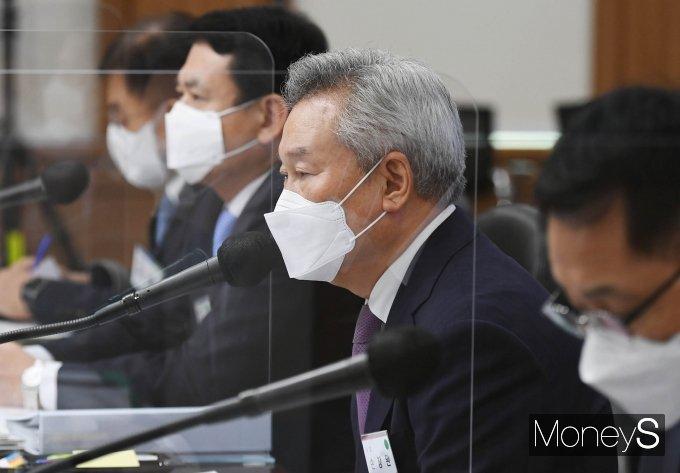 [머니S포토] 국감 질의 답변하는 손창완 한국공항공사 사장