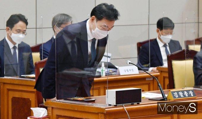 [머니S포토] 2021 대검 국감, 고개숙여 인사하는 김오수 총장