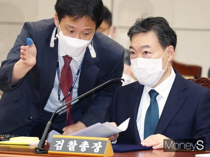 [머니S포토]2021 대검 국감, 대화 나누는 김오수 총장