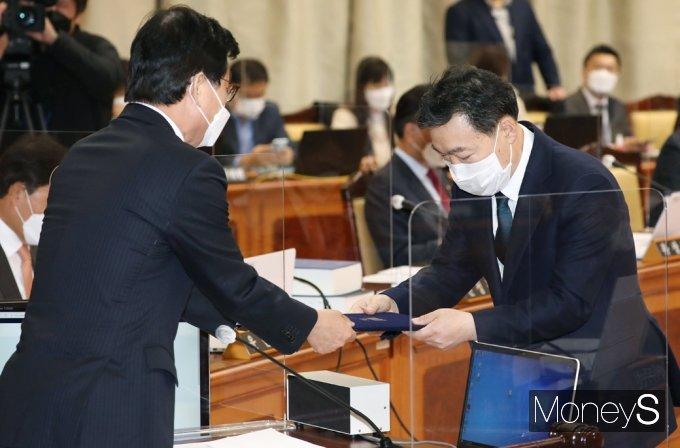 [머니S포토] 2021 법사위 국감, 선서문 전달하는 김오수 검찰총장
