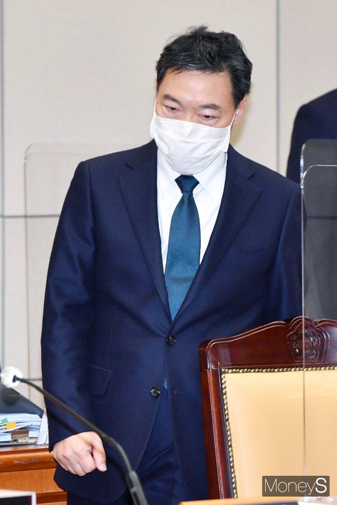 [머니S포토] 2021 대검 국감, 자리 착석하는 김오수 총장