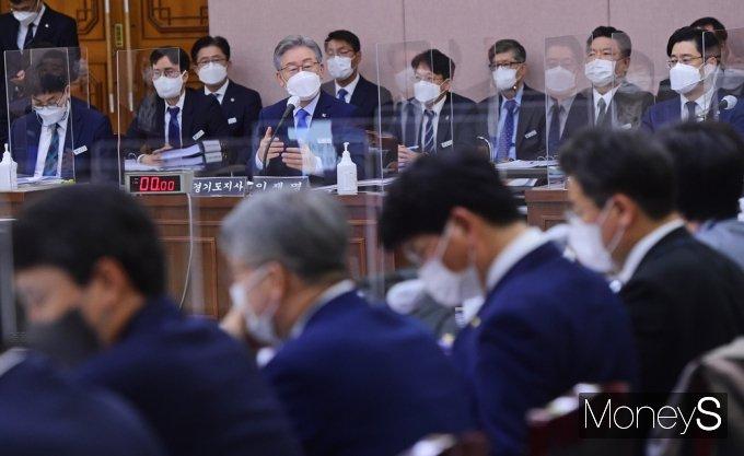 [머니S포토] 2021 경기도 국감, 대장동 관련 질의 답변하는 이재명 지사