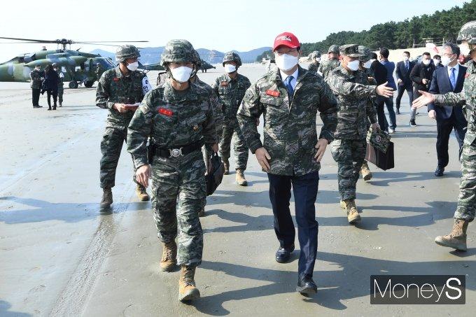 [머니S포토] 해병대 6여단 도착한 민홍철 국방위원장