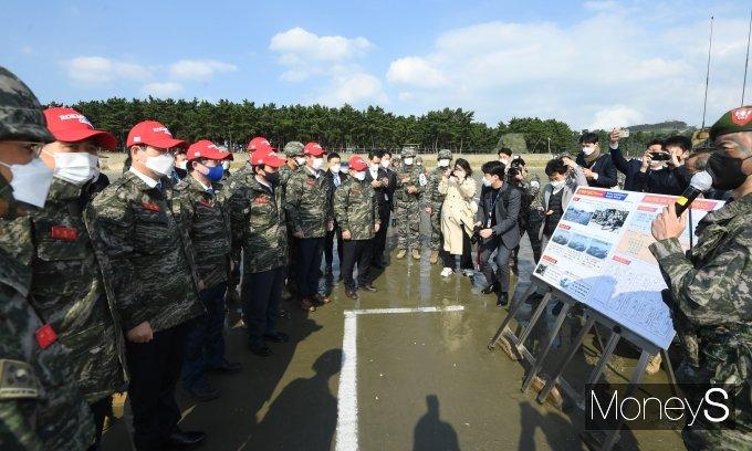 [머니S포토] 한국형돌격상륙장갑차 설명듣는 여야 국방위원들