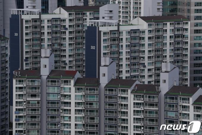 """토지거래 제한 '압구정·여의도·목동' 4억↑… """"정비정책 탓"""""""