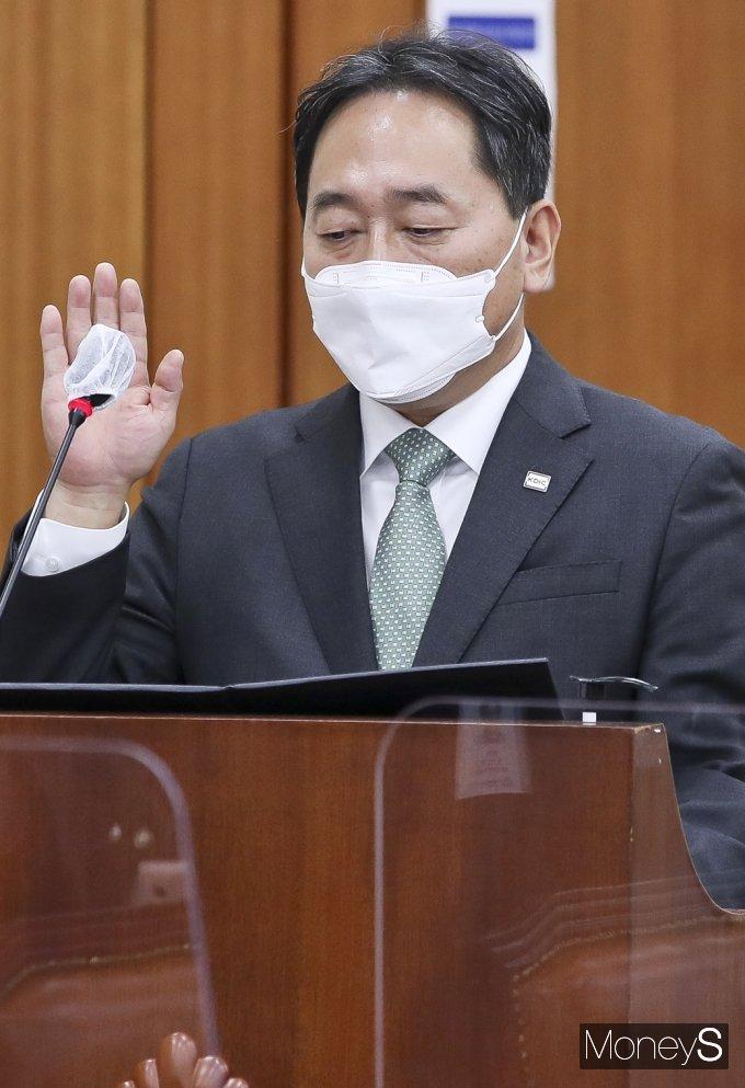 [머니S포토] 2021 정무위 국감, 선서하는 김태현 예보 사장
