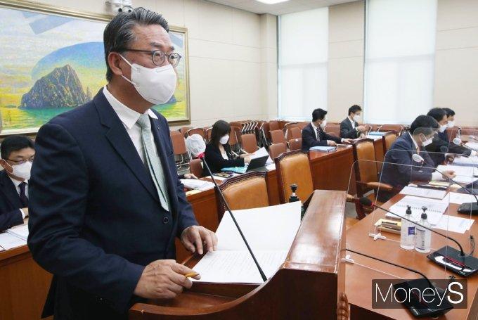 [머니S포토] 2021 정무위 국감, 업무보고하는 이명호 예탁원장