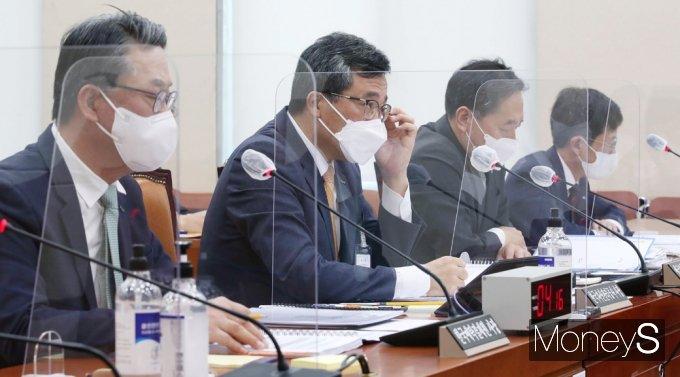 [머니S포토] 2021 정무위 국감, 질의듣는 피감기관장