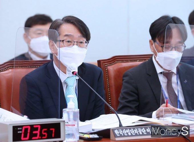 [머니S포토] 2021 국감, 질의 답변하는 김정환 산단공 이사장