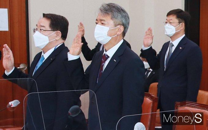 [머니S포토] 2021 산자중기위 국감, 선서하는 무보 '이인호'