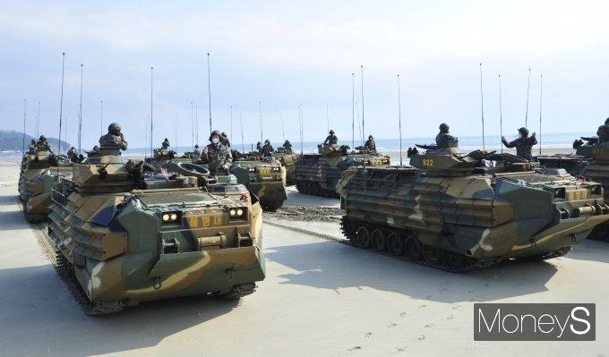 [머니S포토] 국회 국방위, 한국형돌격상륙장갑차 탑승 체험