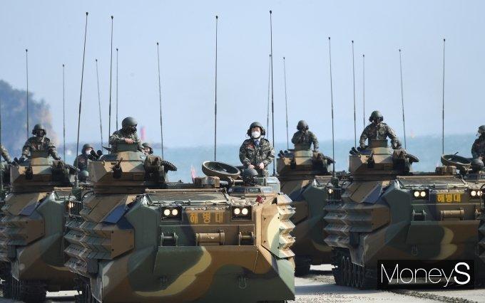 [머니S포토] KAAV 탑승 체험하는 국방위원들