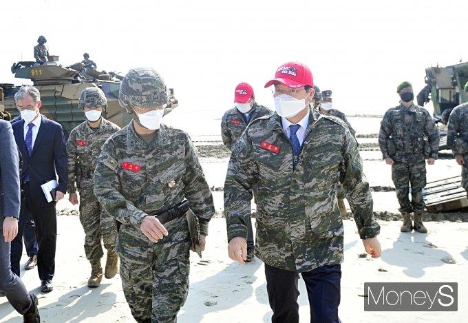 [머니S포토] 한국형돌격상륙장갑차 탑승 마친 민홍철 국방위원장
