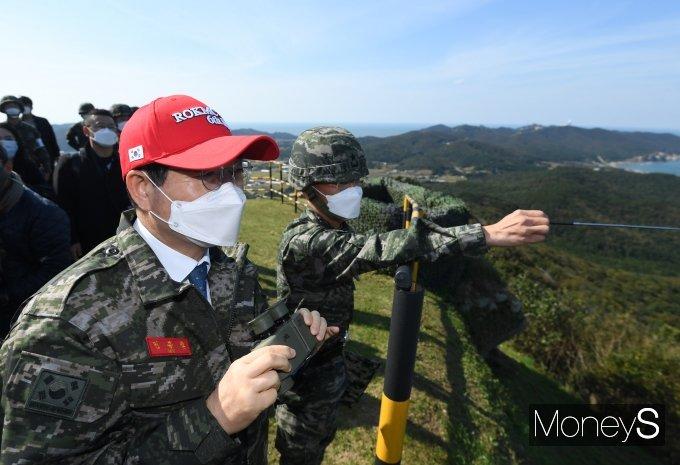 [머니S포토] 전방지형 설명듣는 민홍철 국방위원장