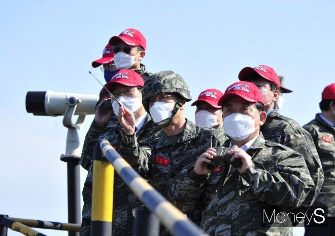 [머니S포토] 전방지형 살펴보는 국회 국방위원들