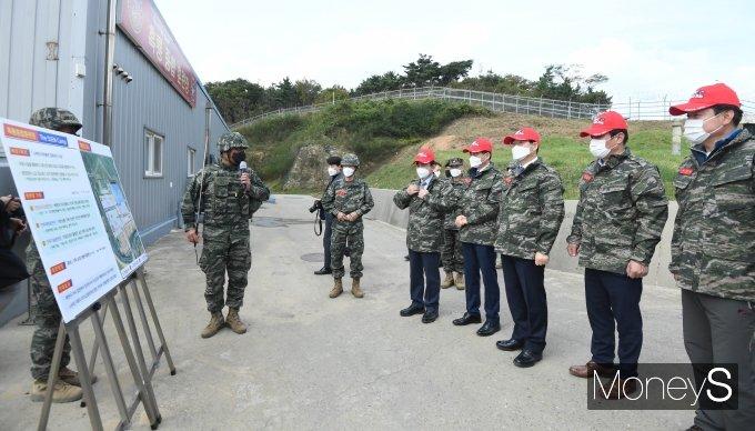 [머니S포토] 전장리더십훈련 설명 듣는 국회 국방위원들