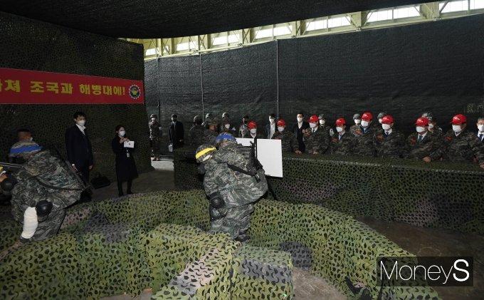 [머니S포토] 해병대 전장리더십훈련 바라보는 국방위원들