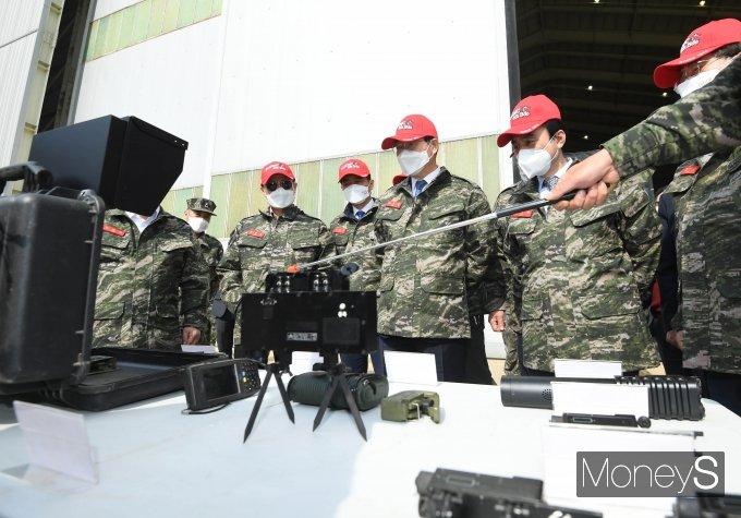 [머니S포토] 마일즈 장비 설명 듣는 민홍철 국방위원장과 위원들