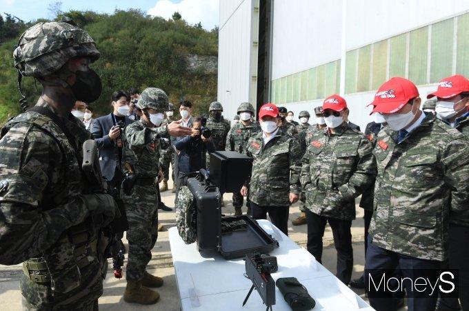 [머니S포토] 마일즈 장비 설명하는 해병대 6여단장
