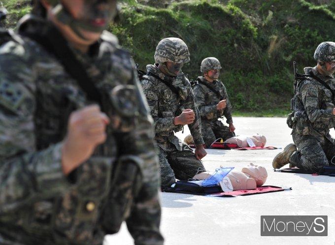 [머니S포토] '2021국감' 해병대 생존술 CPR 시연