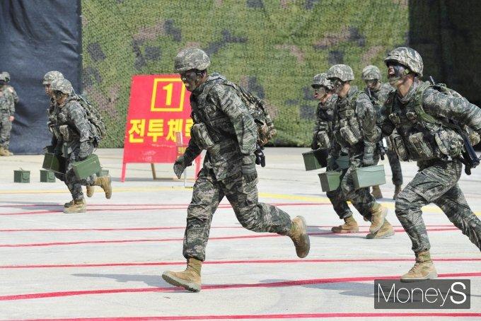 [머니S포토] '2021국감' 해병대 전투체력 시연