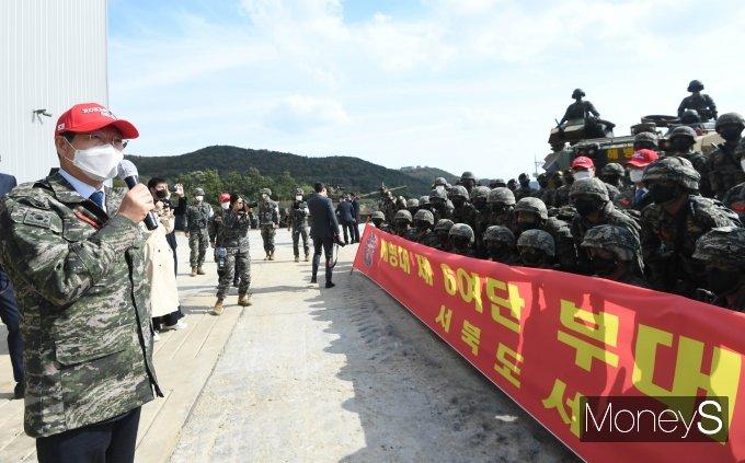 [머니S포토] 해병대 6여단 장병들 격려하는 민홍철 국방위원장