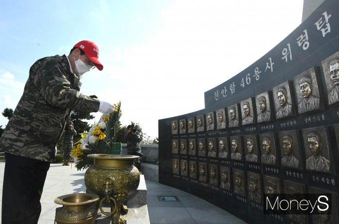 [머니S포토] 국방위원장, 천안함 46용사 위렵탑 참배