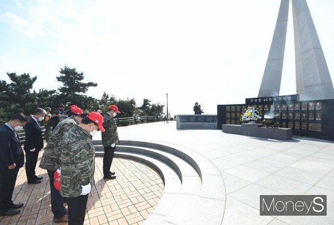 [머니S포토] 천안함 46용사 위렵탑 참배하는 국방위원들