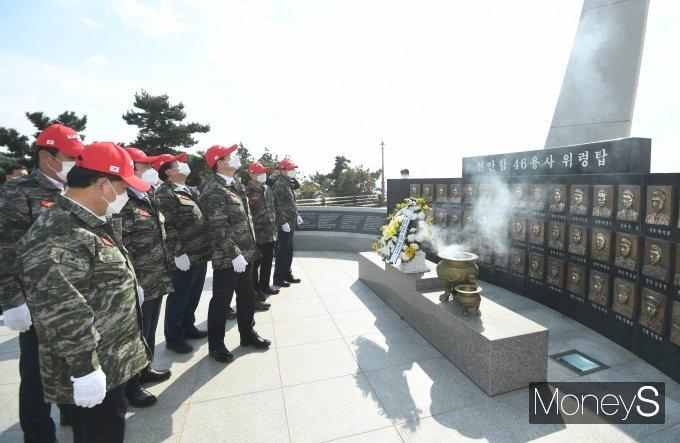 [머니S포토] 국회 국방위, 천안함 46용사 위렵탑 설명 경청
