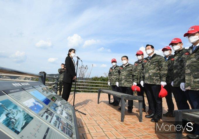 [머니S포토] 천안함 피격사건 장소 바라보는 민홍철 국방위원장