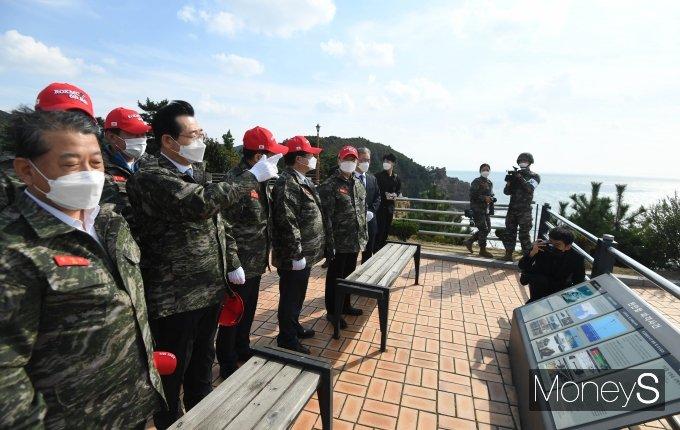 [머니S포토] 국회 국방위 '천안함 피격 장소 바라보며'