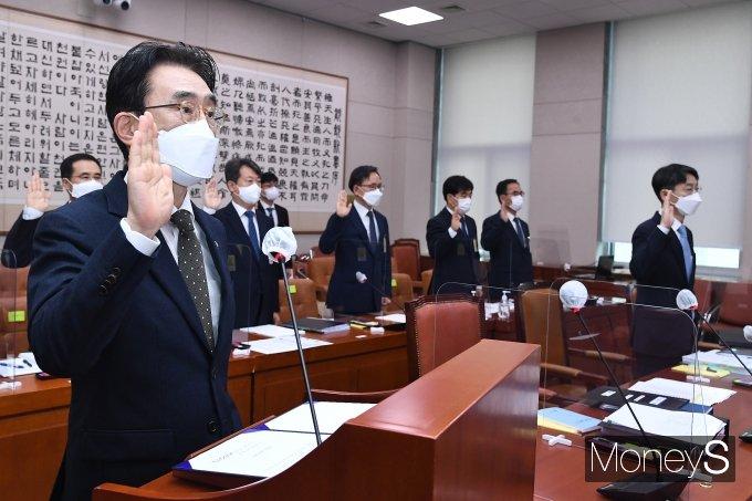 [머니S포토] 이강섭 법제처장 '국정감사 선서'