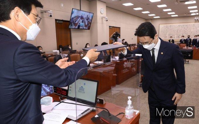 [머니S포토] 박광온 위원장에게 선서문 제출하는 이강섭 법제처장