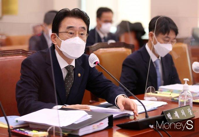 [머니S포토] '2021국감' 질의 답하는 이강섭 법제처장