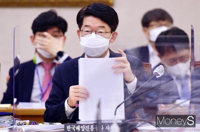 [머니S포토] 2021 농해수위 국감, 질의듣는 김양수 해진공 사장