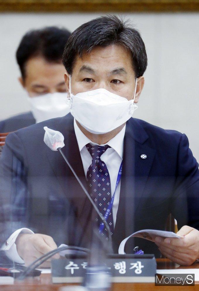 [머니S포토] 2021 농해수위 국감, 질의 답변하는 김진균 수협 행장