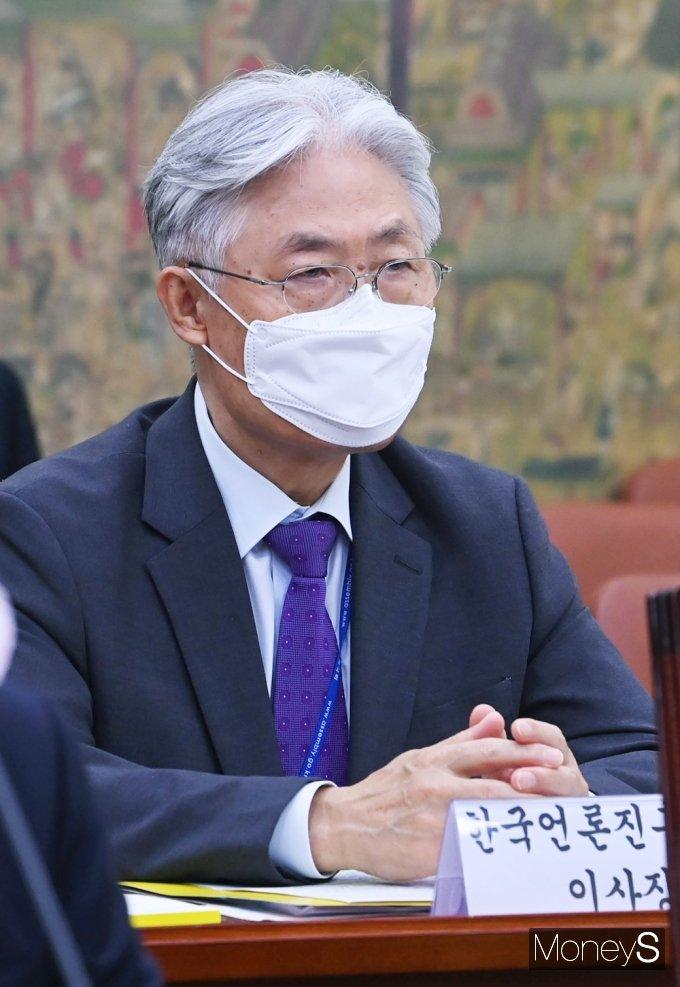 [머니S포토] 질의듣는 표완수 한국언론진흥재단 이사장