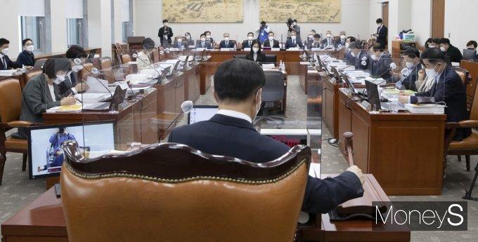 [머니S포토] 2021 교육위 국감 주재하는 조해진 위원장