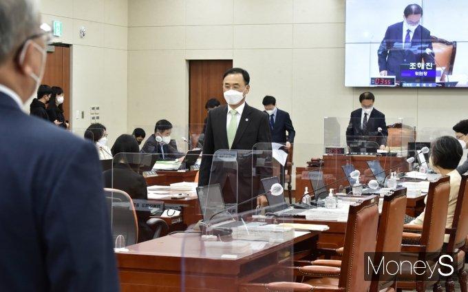 [머니S포토] 교육위 국감, 자리로 돌아오는 차정인 부산대 총장